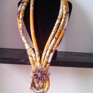 Collier fait à la main avec du tissu wax, bijoux en wax, achat de boucles d'oreilles africaines, bijoux fait avec du wax, parure femme avec du wax, collier en wax, bracelet en wax, foulard en wax, boite à bijoux en wax, collier fait avec du tissu wax, bracelet en tissu wax, collier africain, artisanat africain, bracelets motif africain, acheter des tissus africains
