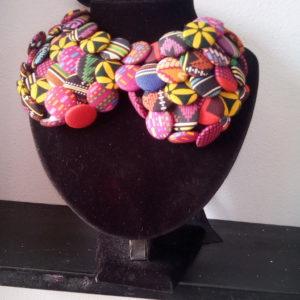 Collier fait avec du tissu wax africain, bijoux en wax, achat de boucles d'oreilles africaines, bijoux fait avec du wax, parure femme avec du wax, collier en wax, bracelet en wax, foulard en wax, boite à bijoux en wax, collier fait avec du tissu wax, bracelet en tissu wax, collier africain, artisanat africain, bracelets motif africain, acheter des tissus africains