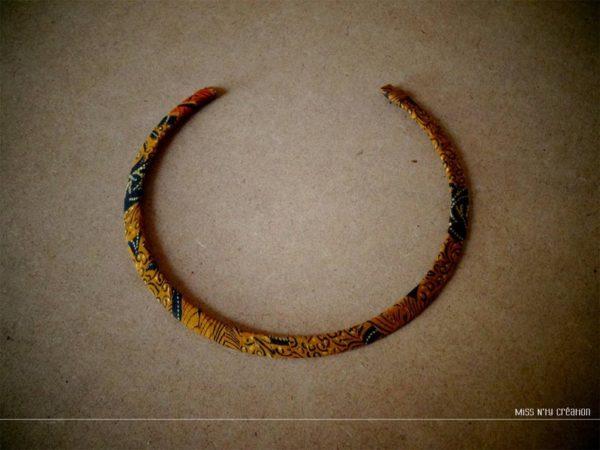 collier ras de cou marron clair